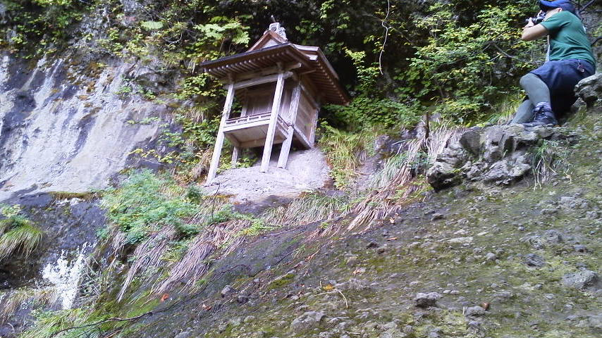 三徳山三佛寺投入堂雨の中、霧の中滑りまくり